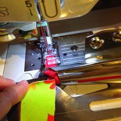 I det siste har det vært økt interesse for å feste kantbåndsapparat på vanlig symaskin, så her kommer et innlegg om det!     Kantbåndsappar...