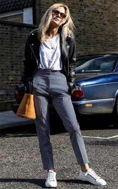 Lucy Williams usa calça com t-shirt e jaqueta de couro