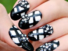 Ida-Marian kynnet / Black and white nails with 3D-flowers / #Nails #Nailart