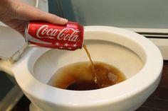 Door cola in de wc pot te gieten en het een nachtje in te laten trekken haal je hardnekkige aanslag weg. Tevens te gebruiken voor roestvlekken op gereedschap. Nachtje laten weken in de cola..