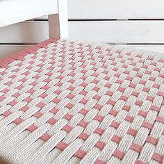 En este tutorial os enseñaré a encordar una silla con cuerda para que podáis reciclarla, darle una segunda oportunidad y decorar vuestro hogar.