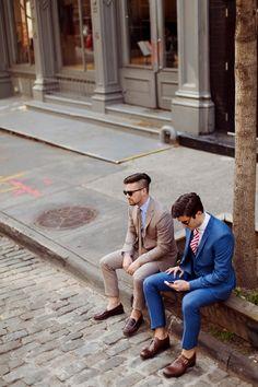 Um terno azul , sem dúvida nenhuma  é opção mais pratica e versátil que um homem pode ter.  Também chamado de 'coringa',  é o mais fácil de combinar com tons de camisas, gravatas, cintos e  sapatos .