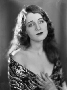 Norma Shearer being gorgeous. Just. Gorgeous.