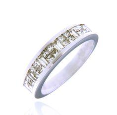 Sortija tipo alianza realizada en oro blanco con diamantes en talla princesa y baguette, dispuestos en carril formando un bonito mosaico.