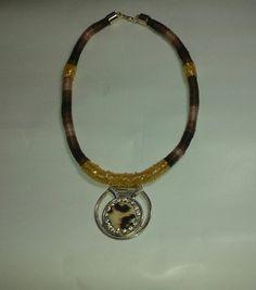 Colar de corda coberto com fio mesclado, aplicação de vidrilho, medalhão dourado com aplicação de strass e botão forrado R$ 22,00