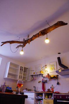 Caisses de Vin transformées en Tiroirs et un bois flotté en plafonnier