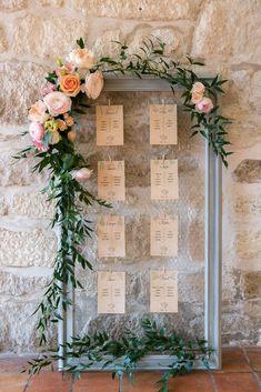 Un plan de table fleuri dans les tons roses, pêche, orange, saumon: romantique et bohème comme on adore