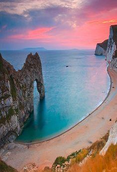 Durdle Door, Dorset, England, Great Britain. Blogposts on www.britishvacationrentals.com #travel #tourism #greatbritain #vacation #britain #holidaylettings #britishvacationrentals #discoverbvr #visitbritain