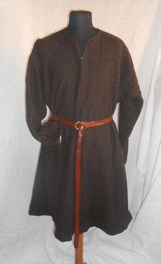 tunica uomo in lana marrone  rivestito in lino e cucito a mano  XII secolo di Adele  Principe