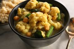 Cauliflower Green Curry by Chow. A recipe for cauliflower, chickpeas, and green beans simmered in a Thai-style green curry and coconut milk sauce. Curry Recipes, New Recipes, Vegan Recipes, Favorite Recipes, Thai Recipes, Easy Recipes, Cauliflower Curry, Cauliflower Recipes, Healthy Smoothies