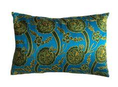 De prachtige Suzani kussens komen oorspronkelijk uit Centraal Azie. Op een ondergrond van katoen of zijde wordt een patroon geborduurd met zijden draad. Dit gebeurt volledig met de hand. De achterkant is van zijde met een dessin. Inclusief vulling. Afmeting 40x60 cm. http://www.bedazzle.nl/woonaccessoires-and-decoration/woonaccessoires-kussens/Suzani-blue-40x60