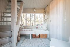 Mummonmökin ihastuttava kuisti Hygge, Dining Bench, Cottage, Cabin, Flooring, Interior, Furniture, Home Decor, Porches