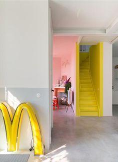 BINNENKIJKEN • in een jaren 20 huis met gele trap en grootse decoratie | hall with yellow stairs | vtwonen 06-2019 | Styling en fotografie Anki Wijnen #hall #yellow #geletrap