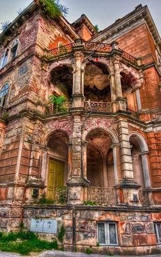 Abandoned mansion! I must have been glorious in its time, as it is still glorious!