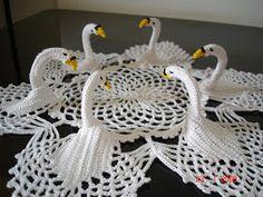Free Crochet Swan Patterns – Crochet and Knitting Patterns Crochet Dollies, Crochet Birds, Crochet Doily Patterns, Crochet Art, Crochet Home, Thread Crochet, Crochet Motif, Irish Crochet, Crochet Designs