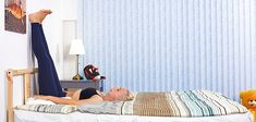 6Posturas que teayudarán aquedarte dormido alinstante Muscle Stretches, Posture Exercises, How To Sleep Faster, How To Get Sleep, Fall Asleep Instantly, How To Fall Asleep, Legs Up The Wall, Feeling Sleepy, Natural Sleep Remedies