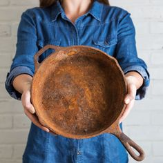 Excellent Cleaning hacks are offered on our site. look at this and you wont be sorry you did. Rusty Cast Iron Skillet, Cast Iron Skillet Cooking, Cast Iron Pot, Cast Iron Cookware, Season Cast Iron Skillet, House Cleaning Tips, Cleaning Hacks, Cleaning Crew, Cleaning Cast Iron Pans