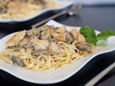 Паста с грибами и курицей в винно-горчичном соусе  Ингредиенты: 450 г грибов, нарезать 450 г куриной грудки, мелко нарезать 4 столовых ложки горчицы (дижонской) 4 зубчика чеснока, выдавить 2 столовых ложки оливкового масла 1 стакан белого вина 1 стакан сметаны 1/2 стакана тертого сыра (пармезан, чеддер или моцарелла) соль и перец по вкусу 225 г пасты лингвини  Приготовление: В миске смешайте нарезанную курицу, столовую ложку горчицы, 1 зубчик чеснока. Посолите и поперчите. Оставьте на время…