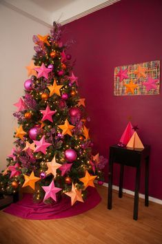DIY: Christmas paper decoration - Woman of Real guide for today's woman. Christmas Tree Inspiration, Beautiful Christmas Trees, Colorful Christmas Tree, Christmas Tree Themes, Modern Christmas, Pink Christmas, Christmas Home, Christmas Crafts, Xmas