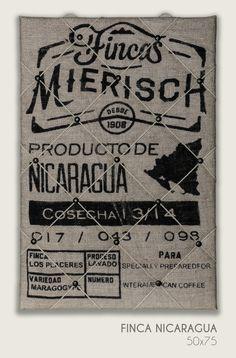 Dieses Fotoboard ist mit einem originalen Kaffeesack aus Nicaragua bezogen. Die XLF-Leine in traditioneller Tauwerkoptik ist mit Hammerschlagnägeln in Bronce Renaissance befestigt.