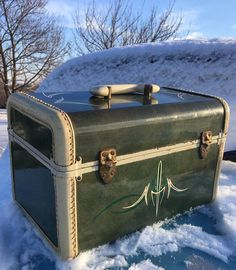 Vintage train case with hand lettering and pinstriping by @Vane Pinstriping  #vanepinstriping Pinup Rockabilly style