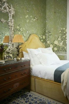 The wonder of De Gournay wallpaper. THE LONDON HOME OF HANNAH CECIL GURNEY via theneotrad.com via Elle Decoration Spain