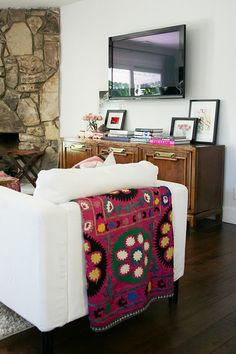 Love the mixture of outdoorsey and casual with classy white chair and beautiful blanket!