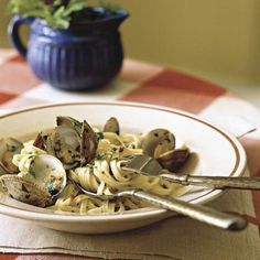 Linguine with Clam Sauce - Quick-and-Easy Seafood Recipes - Cooking Light Seafood Dishes, Pasta Dishes, Seafood Recipes, Pasta Recipes, Yummy Recipes, Healthy Recipes, Cooking Light, Easy Cooking, Kitchens