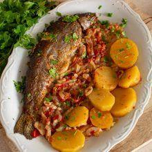 Pastrav la cuptor pe pat de ceapa Pot Roast, Fish Recipes, Cooking, Ethnic Recipes, Food, Carne Asada, Kitchen, Roast Beef, Essen