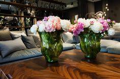 Дизайн офиса.  Сегодня актуально украшать офисы, холлы, переговорные цветочными композициями в вазах или в больших напольных вазонах. Именно цветы в правильном сочетании с вазами добавляют ту самую изящную и стильную деталь интерьера.  Каждый вторник и среду продажа цветочных композиций с шоу-рума Shishi по ценам мастерской, с 10:00 до 18:00 по адресу: Москва, Дмитровское ш. д.100 стр. 2 офис 3148, тел.8-495-728-58-05