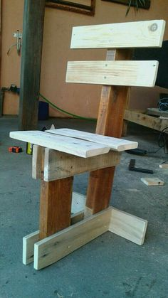 Pallet Furniture Plans and Ideas Made From Wood Pallets Pallet Chair, Diy Pallet Furniture, Furniture Projects, Wood Furniture, Diy Chair, Pallet Crafts, Diy Pallet Projects, Wood Crafts, Pallet Ideas