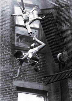 """Stanley Forman. The mother gives life to the child (Мать отдала жизнь ребенку). 6 photo. Fire Escape Collapse (Коллапс пожарной лестницы). """"..Пожарные сказали, что женщину добило падение на нее ребенка. и спасло ребенка. Женщина умерла позже в ту ночь,"""" http://udavich.blogspot.com/2016/12/stanley-forman.html"""