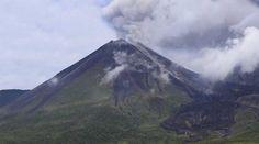 El cráter del volcán Reventador se observa así desde el campamento Azuela, a tres horas de camino a pie en medio de la selva de Sucumbíos. Foto: Alfredo Lagla / EL COMERCIO