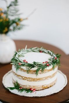 The rosemary and pomegranate seeds on this gorgeous cake are a chic way to incorporate traditional holiday colors. The rosemary and pomegranate seeds on this gorgeous cake are a chic way to incorporate traditional holiday colors. Noel Christmas, Christmas Goodies, Christmas Desserts, Christmas Treats, Holiday Treats, Holiday Recipes, Modern Christmas, Christmas Cakes, Christmas Cake Decorations