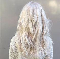 Beauté Blonde, White Blonde Hair, Brassy Blonde, Blonde Highlights, Black Hair, Corte Y Color, Hair Color And Cut, Platinum Blonde Hair, Silver Hair
