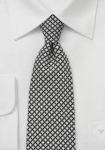 Con un fondo negro y un estampado de rombos en blanco nieve es esta corbata el acompañante perfecto para la oficina. Esta corbata ha sido confeccionada con seda de alta calidad y cortada y cosida a mano.