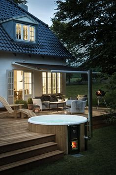 For a unique garden design: Decorate your terrace with a wood-framed . - For a unique garden design: decorate your terrace with a wood-fired hot tub. Hot Tub Backyard, Hot Tub Garden, Backyard Patio, Backyard Landscaping, Jacuzzi Outdoor Hot Tubs, Hot Tub Pergola, Cozy Patio, Backyard Kitchen, Outdoor Patios