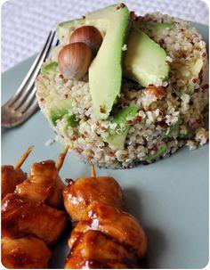 Quinoa croquant noisettes, avocat et citron vert, yakitori de poulet épicés