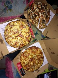Ngepizza tengah malam bareng barbie2 💋 🍕 #dominopizza Food N, Junk Food, Food And Drink, Domino Pizza, Dairy Milk Chocolate, Snap Food, Food Snapchat, Food Tasting, Food Cravings