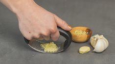 Wil jij het fijn maken van knoflook vergemakkelijken? Haal dan nu de Sareva Knoflookpers in huis! Deze knoflookpers is handig in gebruik door het stevige handvat. Met deze knoflookpers stamp je de knoflook eenvoudig op een snijplank fijn. Daarnaast zit er een handig kwastje bijgeleverd, hiermee kan je de knoflookresten eenvoudig uit de pers halen. Na gebruik kan je de Sareva Knoflookpers gemakkelijk schoon maken in een sopje. Garlic Press