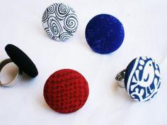 Anillo realizado con botón forrado de 3 cm diámetro aprox, sobre base de fieltro y anillo ajustable color plata vieja ... En diferentes estampados y colores