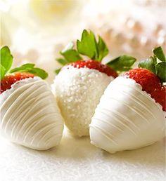 white chocolate strawberries White Chocolate Strawberries, Tuxedo Strawberries, White Strawberry, Chocolate Dipped Fruit, Chocolate Blanco, Strawberry With Chocolate, Fresas Chocolate, Cakepops, Delicious Desserts