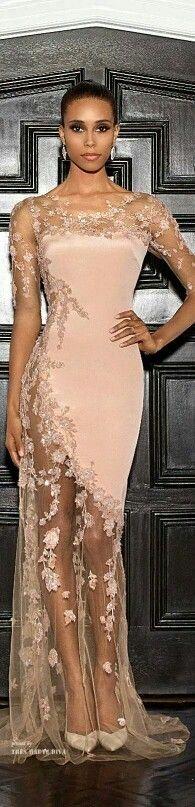 Vestido con transparencias en la parte inferior, decorado con pedreria en color rosa!