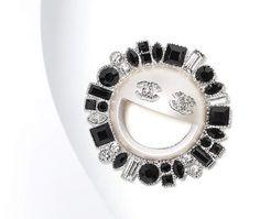 Broche, métal, résine & strass-argenté, cristal, noir & blanc nacré - CHANEL