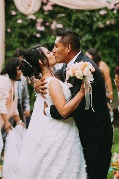 10 tips para obtener las mejores fotos de su primer beso como esposos. #Matrimoniocompe #Organizaciondebodas #Matrimonio #Novios #TipsNupciales #CaminoAlAltar #MatriPeru #BodaPeru #PrimerBesoDeCasados #Pareja #Romantico #Amor #Beso #ReciénCasados #FirstKis