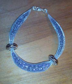 Bracelet résille tubulaire blanche perles mauves (petites et grosses) déco perles plates