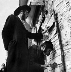 A newspaper stand in Jerusalem,1950. (Photo credit: Robert Capa)