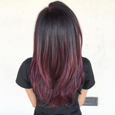 2017 red-violet hair colors are for those who crave for new colors. Red-violet hair color will definitely breathe new life to your strands. Pelo Color Vino, Pelo Color Borgoña, Color Red, Hair Color Highlights, Ombre Hair Color, Cool Hair Color, Mahogany Highlights, Caramel Highlights, Violet Highlights