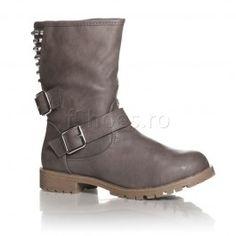 Cizme Majo - Gri  Daca vrei o pereche de cizme casual iata ca ai gasit. Majo Gri sunt captusite cu blanita calduroasa. In exterior, la nivelul gleznei se bucura de o frumoasa curea cu catarama care poate fi ajustata in functie de grosimea piciorului. Tintele din spate le fac trendy. Ia-ti si tu o pereche de cizme Majo Gri!