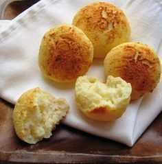 """Colombian Cheese Bread (Almojábanas) I crave my favorite Colombian """"parva"""", so I bake. Parva is what we call our baked goods in the region of Antioquia. Although this recipe is very easy to make, the problem I have is that in the USA, I Colombian Dishes, My Colombian Recipes, Colombian Cuisine, Colombian Breakfast, Comida Latina, Cheese Bread, Corn Bread, Dessert Bread, Latin Food"""